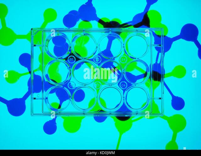 Fotogramm, pharmazeutische Forschung. Mikrotiterplatten mit Proben, molekulare Modell der Droge Formel im Hintergrund Stockbild