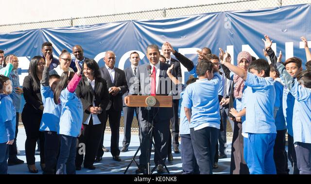 New York, Vereinigte Staaten. 17 Okt, 2017. New York, NY - 17. Oktober 2017: US-Vertreter Adriano espaillat spricht Stockbild
