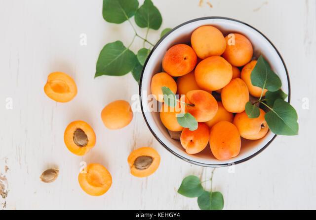 Aprikosen in Schüssel Stockbild