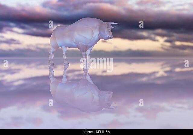 Reflexion von Glas Stier unter Wolken Stockbild