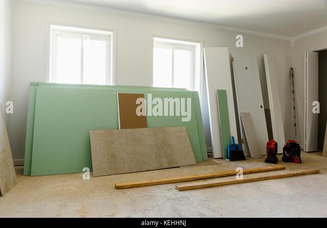 Platten und Türen lehnte sich an der Wand Stockbild