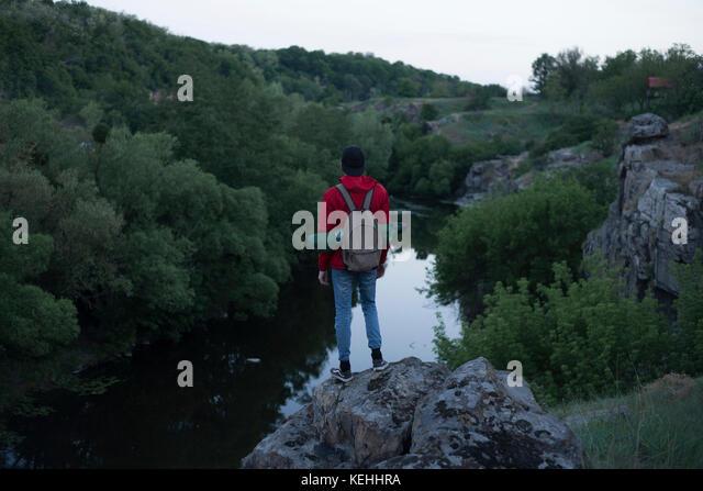 Kaukasische Wanderer stehen auf Felsen in der Nähe des Flusses Stockbild