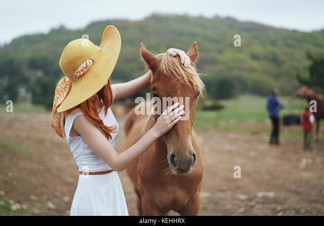 Frau Petting Pferd Stockbild