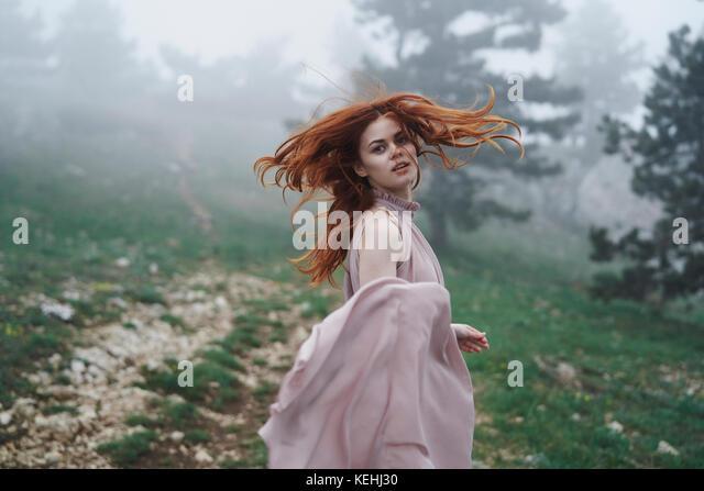 Kaukasische Frau werfen Haar in Feld Stockbild