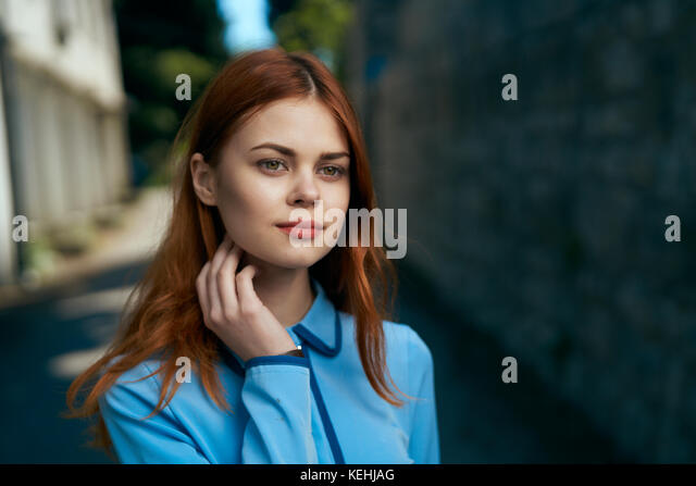 Nachdenklich kaukasische Frau in der Nähe von Stone Wall Stockbild