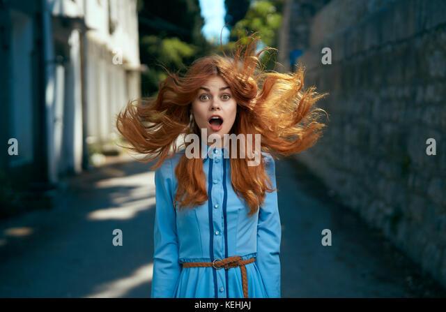 Wind Haare von überrascht kaukasische Frau Stockbild