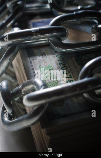 Ketten auf den Stapel Geld Stockbild