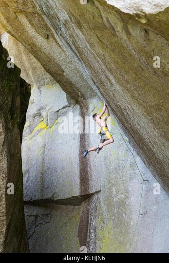 Gemischten rennen Boy hängen von Rock Stockbild