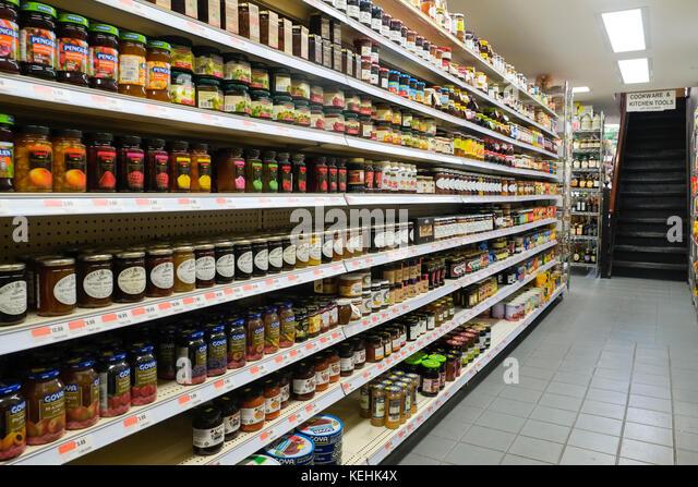 Gläser Essen im Supermarkt Gang Stockbild