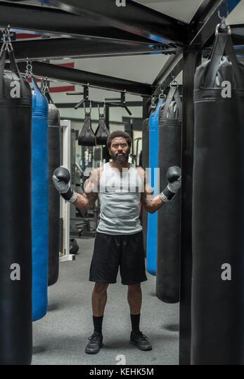 Schwere schwarze Boxer im Gymnasium posing Stockbild