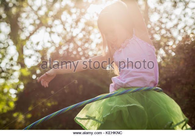 Lachend kaukasische Mädchen spinnen Plastik Hoop Stockbild