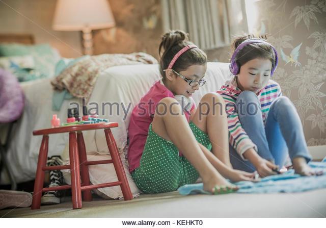 Die Mädchen sitzen auf Schlafzimmer, Malerei Zehennägel Stockbild