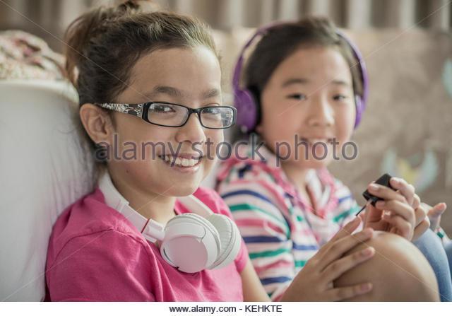 Die Mädchen sitzen auf Schlafzimmer, Malerei Fingernägel Stockbild