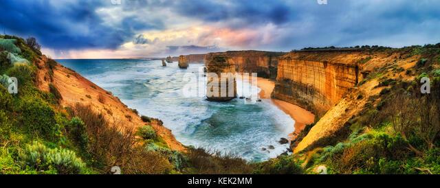 Stürmische bunten Sonnenuntergang über zwölf Apostel Marine Park auf der Great Ocean Road von Lookout Stockbild