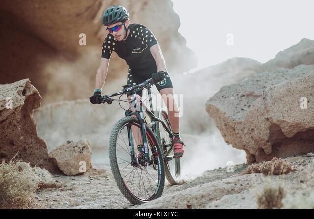 Der Mensch, er reitet sein Mountainbike in der Wüste, Teneriffa, Kanarische Inseln, Spanien Stockbild