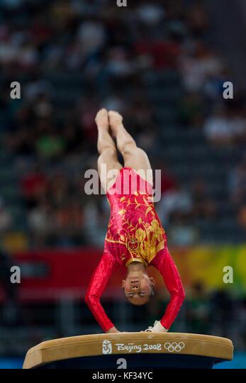 Chinesische Frau Turnerin auf dem Gewölbe der Frauen Team bei den Olympischen Sommerspielen 2008 in Peking, Stockbild