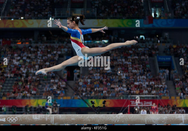 Anamaria tamirjan (ROU) auf dem Schwebebalken in der Nationalmannschaft bei den Olympischen Sommerspielen 2008 in Stockbild