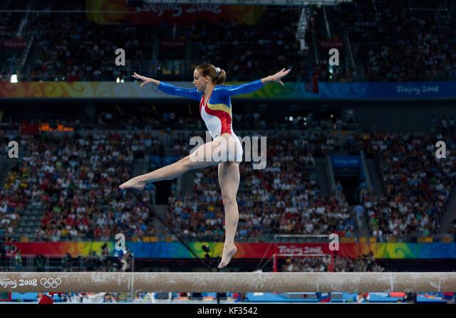 Sandra Izbasa (ROU) auf dem Schwebebalken in der Nationalmannschaft bei den Olympischen Sommerspielen 2008 in Peking, Stockbild