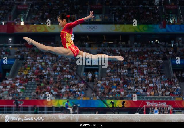 Fei Cheng (CHN) auf dem Schwebebalken in der Nationalmannschaft bei den Olympischen Sommerspielen 2008 in Peking, Stockbild