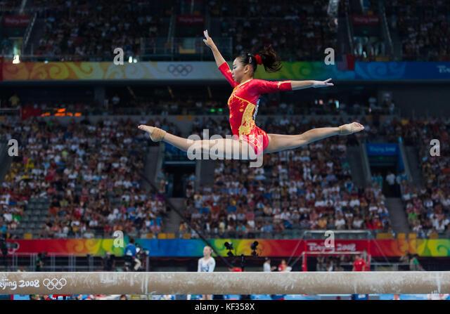 Linlin Deng (CHN) auf dem Schwebebalken in der Nationalmannschaft bei den Olympischen Sommerspielen 2008 in Peking, Stockbild