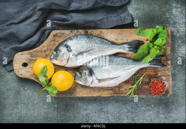Ungekocht Dorade oder dorado Fisch mit Zitrone Stockbild