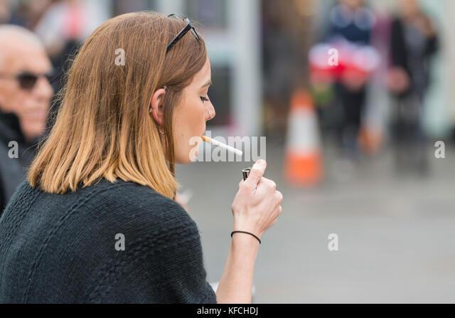 Junge Frau eine Zigarette in Großbritannien. ungesunden Lebensstil. Stockbild