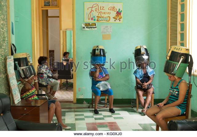Friseursalon in Santiago de Cuba, Kuba engl.: Kuba, Santiago de Cuba, Friseur. Frau, Fön Stockbild