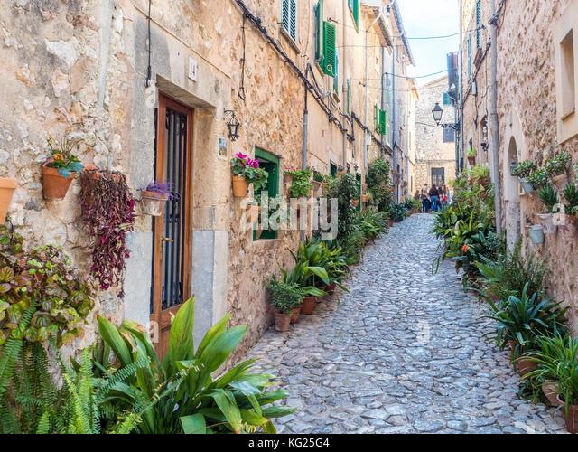Straße mit Blumen, Arta, Mallorca, Balearen, Spanien, Mittelmeer, Europa Stockbild