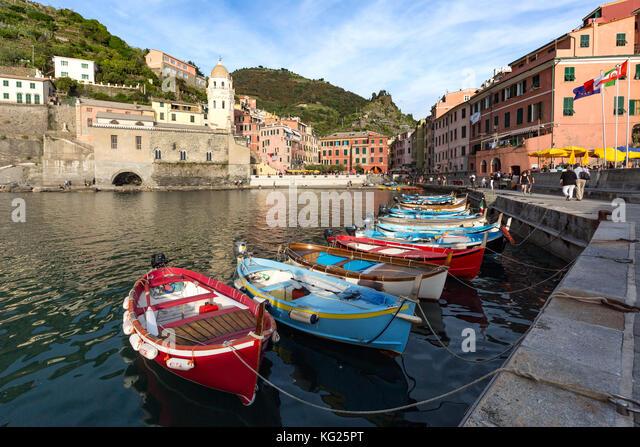 Bunte Fischerboote im Hafen von Vernazza, Cinque Terre, UNESCO-Weltkulturerbe, Ligurien, Italien, Europa Stockbild