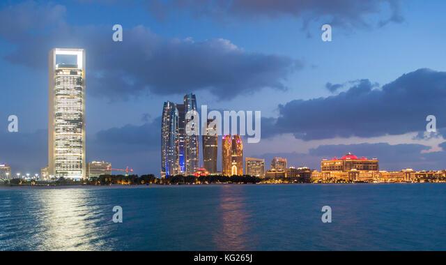 Etihad Towers und Emirates Palace Hotel von der Wellenbrecher gesehen, Abu Dhabi, Vereinigte Arabische Emirate, Stockbild