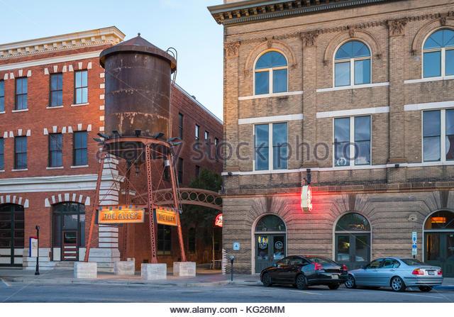 Historische Gebäude und Wasserturm am Tallapoosa st. bei Dämmerung, Montgomery, Alabama, Vereinigte Staaten Stockbild