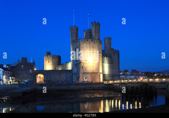 Caernarfon Castle bei Nacht, UNESCO-Weltkulturerbe, Caernarfon, Gwynedd, Wales, Wales, Vereinigtes Königreich, Stockbild