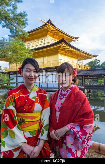 Frauen in traditionellen japanischen Kimonos vor dem goldenen Pavillon Tempel (Kinkaku-ji) in Kyoto, Japan, Asien Stockbild
