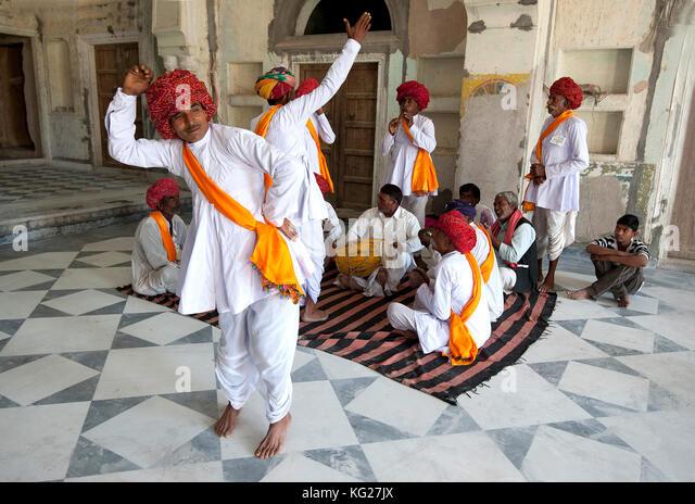 Troup der Rajasthani Tänzern und Musikern traditionelle Tanz im 18. Jahrhundert Diggi Palace Durbar Hall, Rajasthan, Stockbild