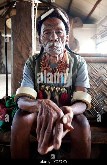 Gangchung wangben, Naga Mann, Headhunter, tragen Horn Ohrringe, Naga Halsketten mit Messing Köpfe und Elephant Stockbild
