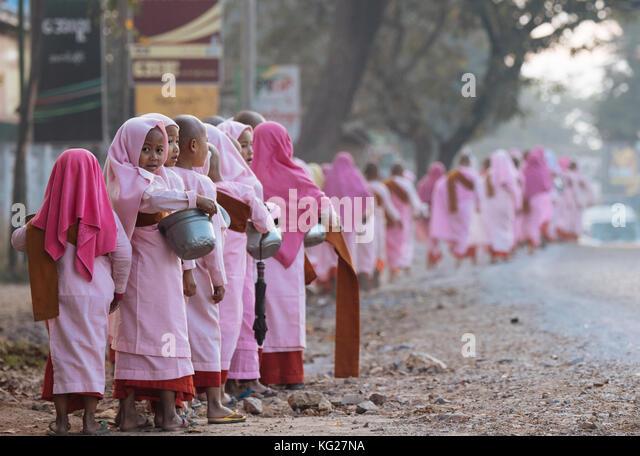 Buddhistische Nonnen Sammeln von Almosen am frühen Morgen in der Nähe von hsipaw, Shan Staat, Myanmar Stockbild