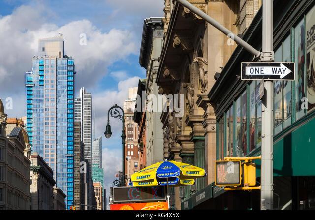 Blick nach Norden auf die Sixth Avenue von der 18. Straße, New York City. Stockbild