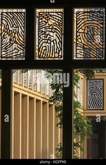 Detail der Innenhof, mit Aluminium Fingerabdruck Panels, eiche Frames und Kolonnade. deventer City Hall, Deventer, Stockbild