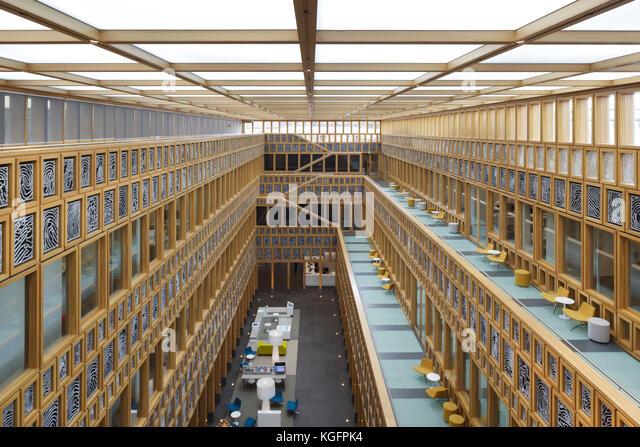 Zentrale Atrium von der oberen Ebene gesehen. deventer City Hall, Deventer, Niederlande Architekt: Neutelings Riedijk Stockbild