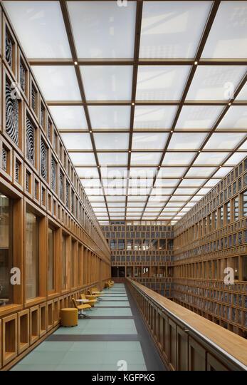 Erhöhten Gehweg in zentralen Atrium von der oberen Ebene gesehen. deventer City Hall, Deventer, Niederlande Stockbild