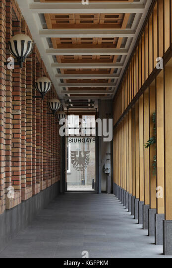 Kolonnade in externen Innenhof. deventer City Hall, Deventer, Niederlande Architekt: Neutelings Riedijk Architects, Stockbild