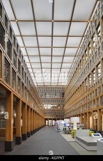 Zentrale Atrium vom Boden aus gesehen, mit client Sitzbereich rechts. deventer City Hall, Deventer, Niederlande Stockbild