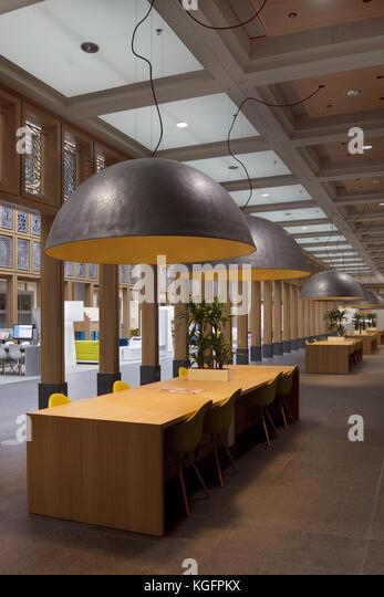 Interne Kolonnade im zentralen Atrium mit Schreibtischen und große Deckenlicht. deventer City Hall, Deventer, Stockbild