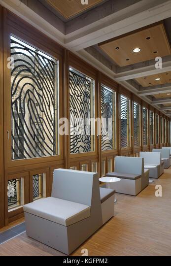 Die Sitzplätze im Außenbereich Restaurant mit Aluminium Fingerabdruck Panels und Eiche Fensterrahmen. Stockbild