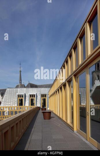 Blick von der Dachterrasse Gehweg in Richtung grote kerkhof. deventer City Hall, Deventer, Niederlande Architekt: Stockbild