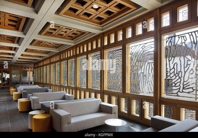 Die Sitzplätze im Außenbereich Restaurant mit Aluminium Fingerabdruck Panels im eichenrahmen Fensterrahmen. Stockbild