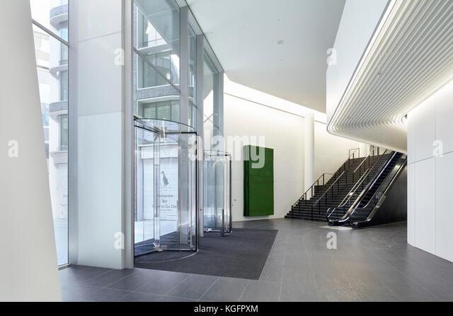 Zurück schräger Blick auf Eingang foyer. Engel, London, Großbritannien Architekt: Fletcher Priester Stockbild