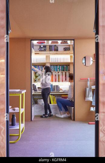 Blick vom Eingang Richtung Bücherregal Nische. Der Stack - mini Living urban Kabine, London, Großbritannien Stockbild