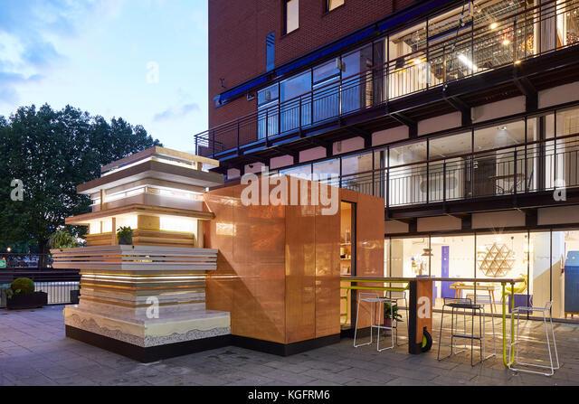 Pavillon mit street Rahmen am Abend. Der Stack - mini Living urban Kabine, London, Großbritannien Architekt: Stockbild