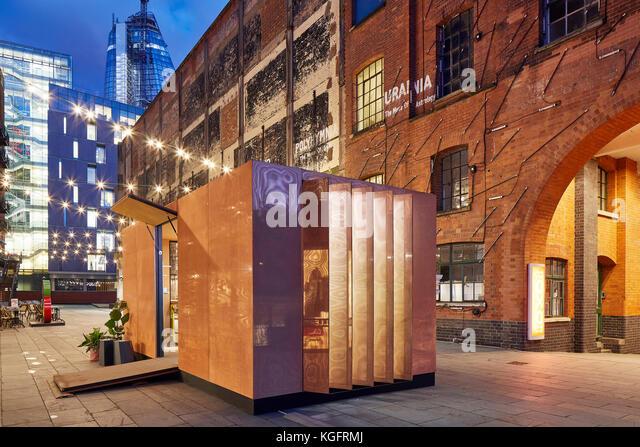 Pavillon mit den Rahmenbedingungen der Stadt bei Dämmerung. Der Stack - mini Living urban Kabine, London, Großbritannien Stockbild